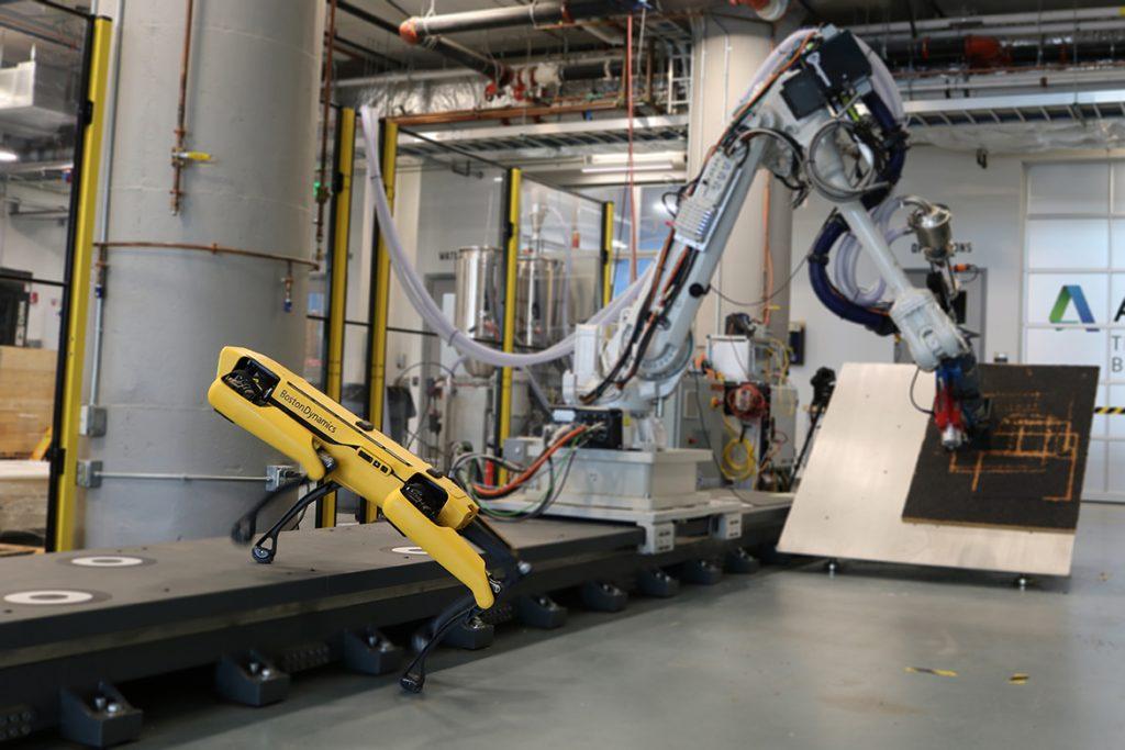 Найдите робота в технологическом центре Autodesk в Бостоне.