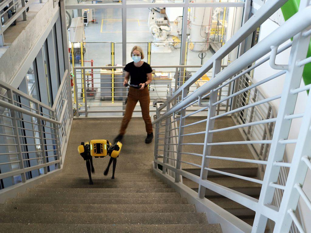 Женщина с роботом в Технологическом центре Autodesk в Бостоне.